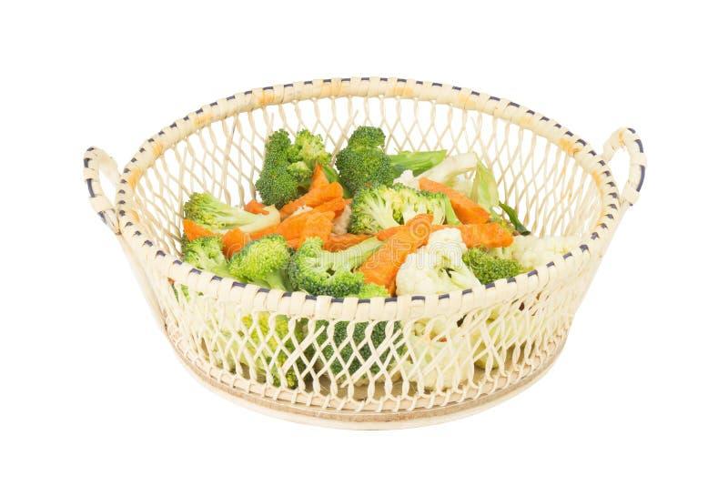 花椰菜 红萝卜 硬花甘蓝 片式 在木的篮子 查出 免版税库存图片