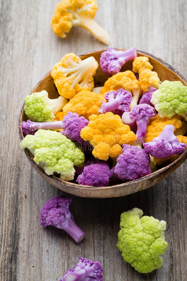 花椰菜 eco彩虹在木桌上的 免版税库存照片