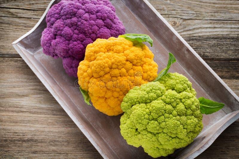 花椰菜 eco彩虹在木桌上的 库存图片