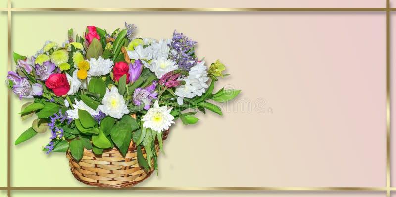 花欢乐花束在柳条筐的在淡色背景 库存照片