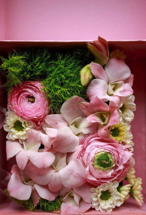 花特写镜头精美花束  兰花和菊花 免版税库存照片
