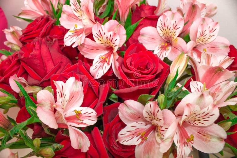 花玫瑰和德国锥脚形酒杯红色花束  特写镜头 库存照片