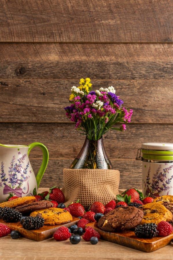 花瓶、陶瓷船有狂放的果子的被分类的混合的和曲奇饼 库存照片