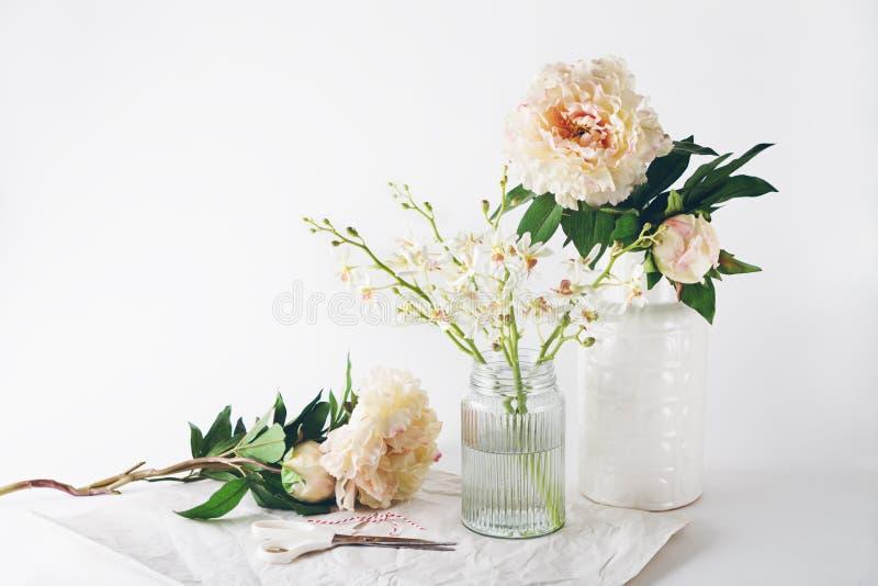 花瓶剪刀和串的选择的卖花人准备 库存图片