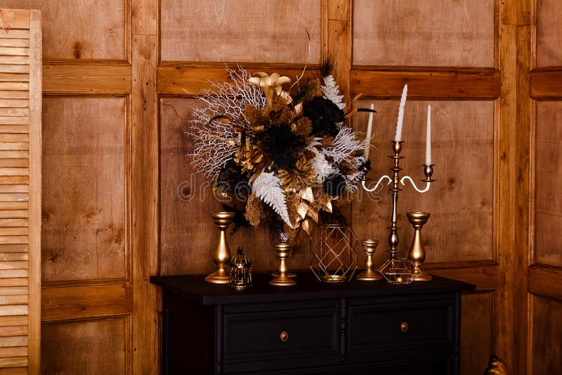 花瓶和蜡烛在梳妆台 免版税库存图片