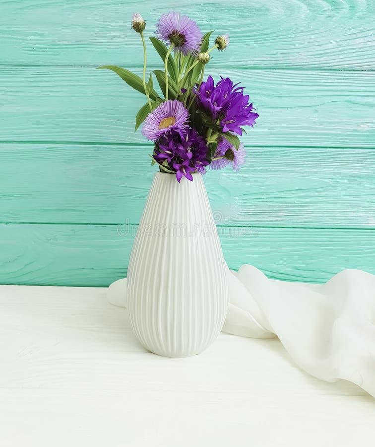 花瓶开花响铃,紫色在木背景的高雅秀丽言情春天菊花安排 库存图片