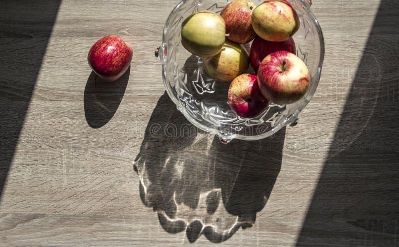 花瓶用苹果水平在桌上的一个木桌聚焦顶视图背景阴影梯形苹果 库存照片