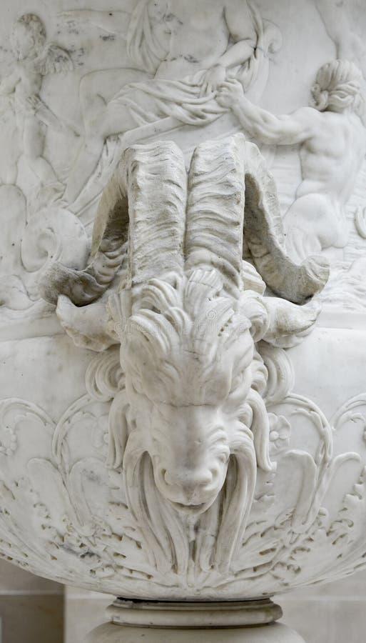 花瓶白色,公山羊,天窗在巴黎法国 免版税库存图片
