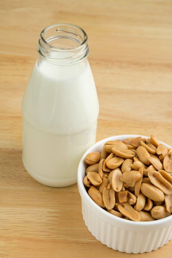 花生和牛奶蛋白质营养素  免版税库存图片