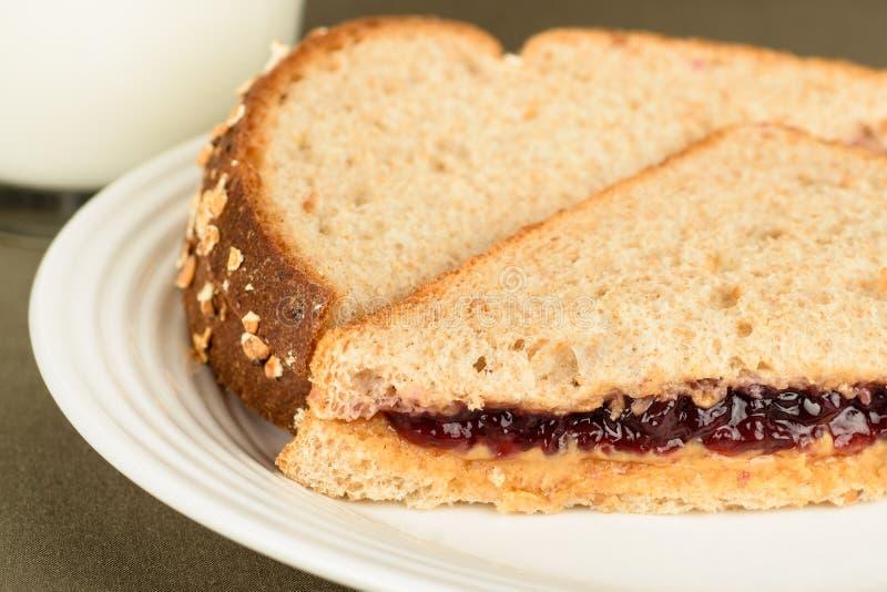 花生酱和果冻三明治在麦子面包 免版税库存图片