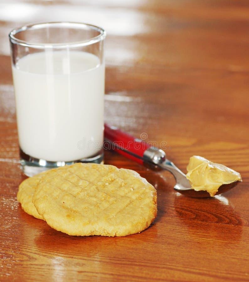 花生酱曲奇饼和牛奶 图库摄影