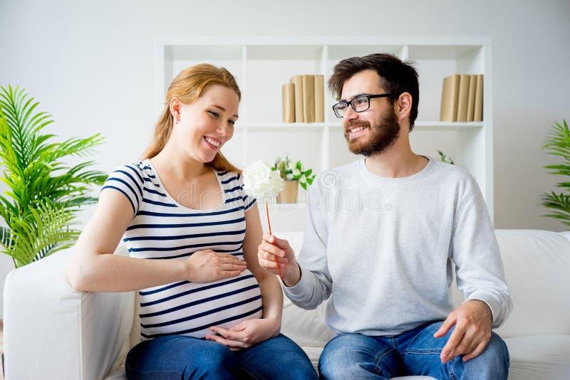 给花的丈夫怀孕的妻子 库存图片