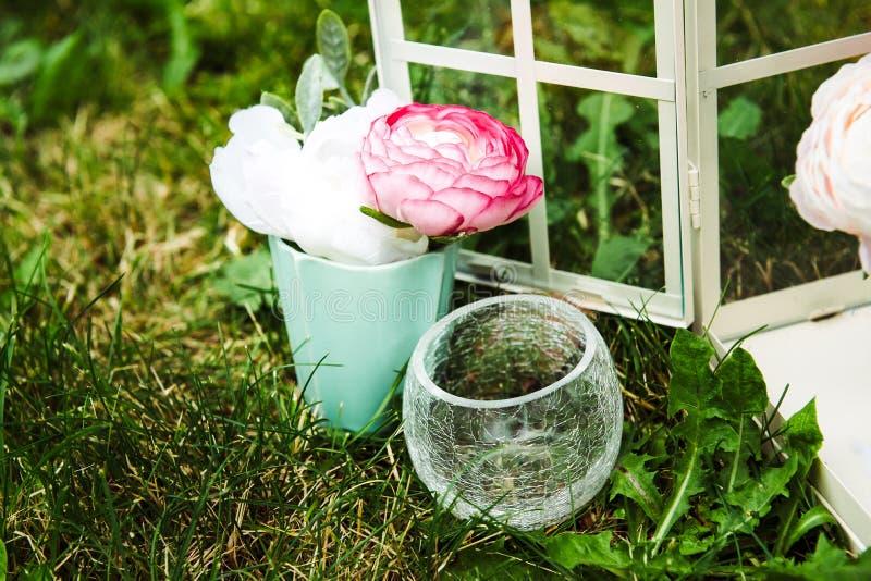 花的图片在逗人喜爱小花瓶站立的 免版税库存照片