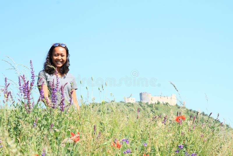 花的女孩在Palava的城堡Devicky前面 免版税库存照片