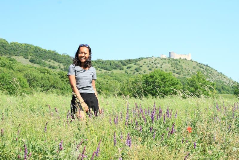 花的女孩在Palava的城堡Devicky前面 免版税库存图片