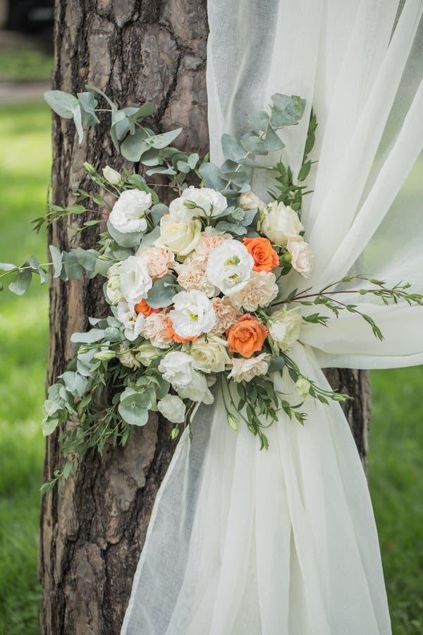 花的婚礼的装饰和织品成拱形 免版税库存图片