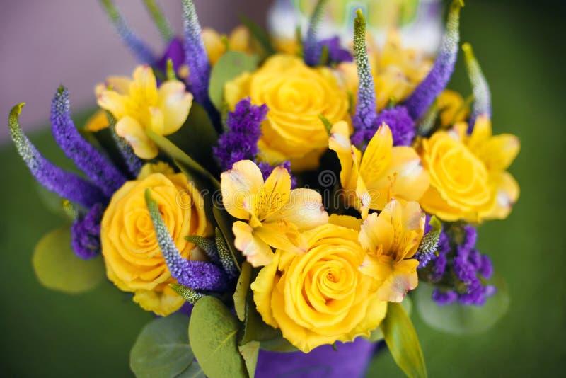 花礼物关闭玫瑰花束,黄色紫罗兰色颜色 视图 库存图片