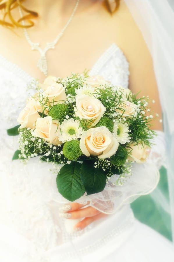 花美丽的婚礼花束在新娘的手上婚姻家庭庆祝仪式的  免版税图库摄影