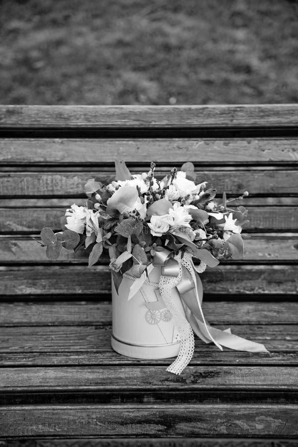 花美丽的嫩花束在桃红色箱子的在木backgr 免版税库存图片