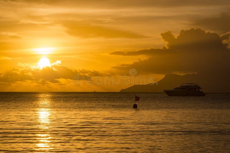 花花公子Vallon海滩日落,塞舌尔群岛 免版税库存照片