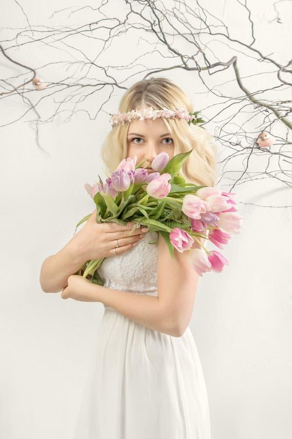 花花圈的少妇  背景概念花春天空白黄色年轻人 免版税图库摄影