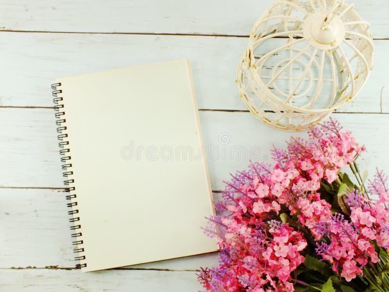 花花束和空白的笔记本有拷贝的间隔背景 免版税库存图片