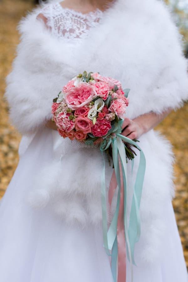 花花束在新娘的手上 新娘仪式花婚礼 库存图片