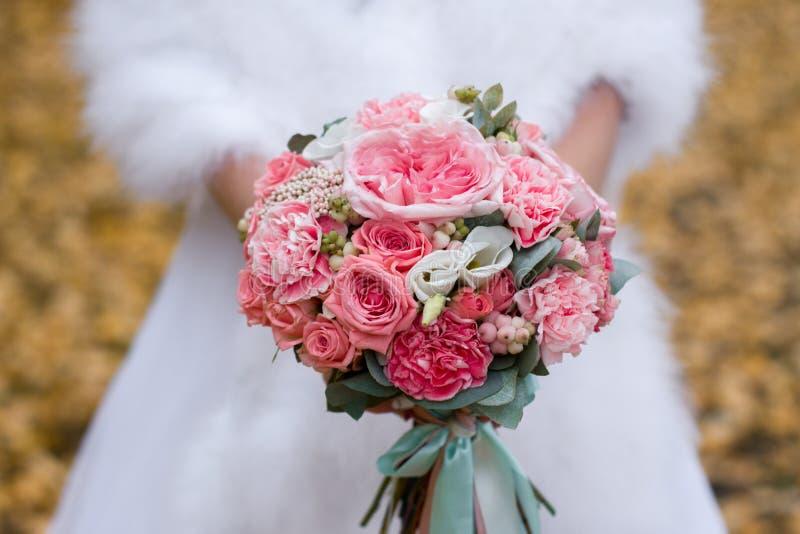 花花束在新娘的手上 新娘仪式花婚礼 库存照片