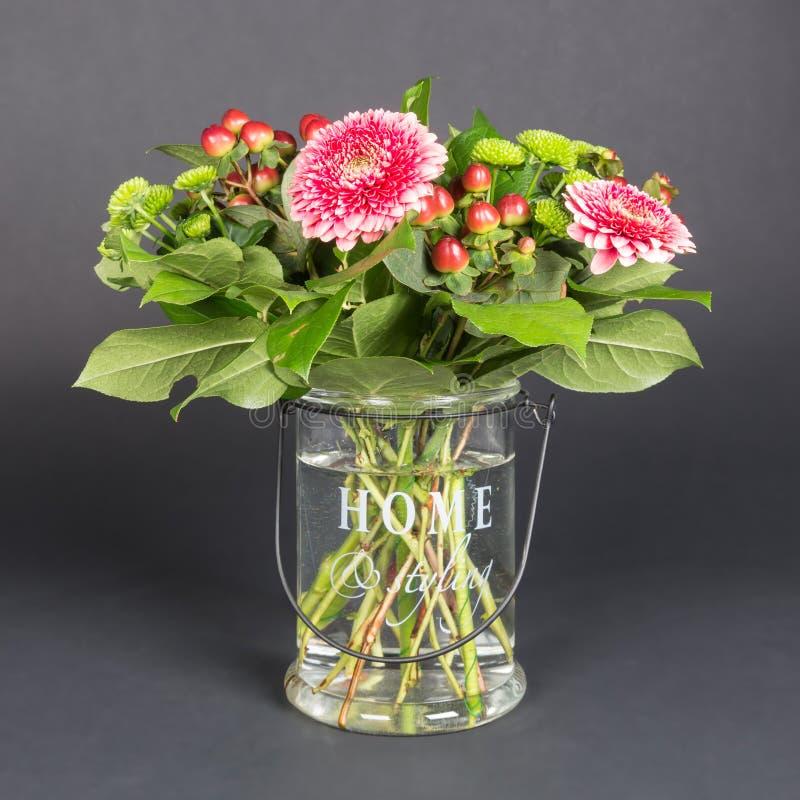 花花束在玻璃花瓶的 免版税库存图片