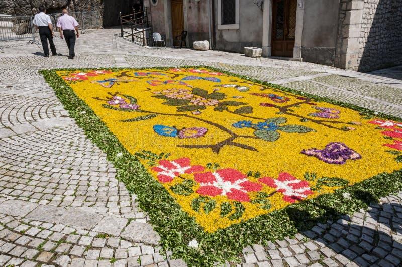 花装饰在库萨诺穆特里,意大利smal村庄  图库摄影