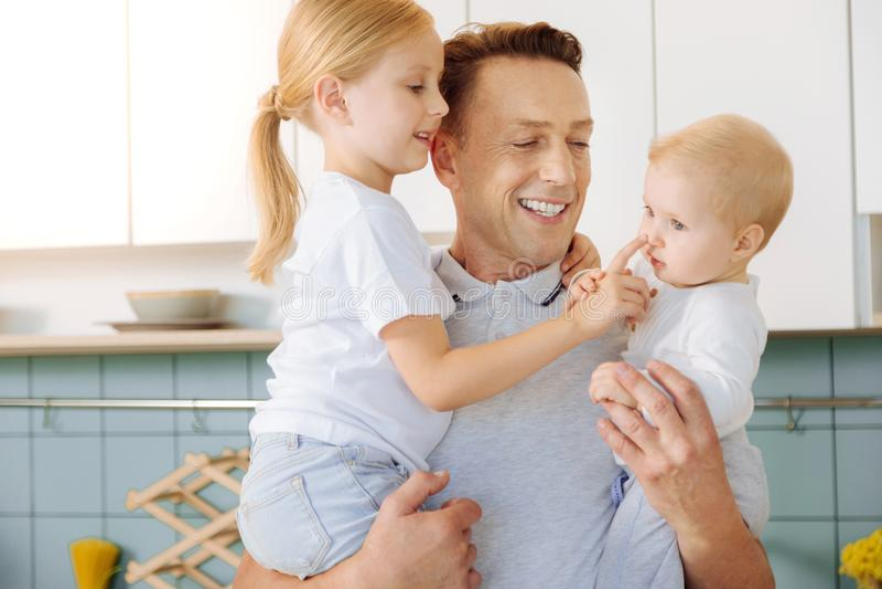 花费与他的女儿的正面好人时间 库存图片