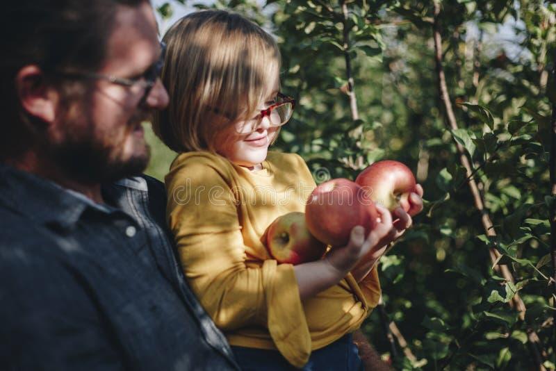 花费时间的家庭在农场 免版税库存照片