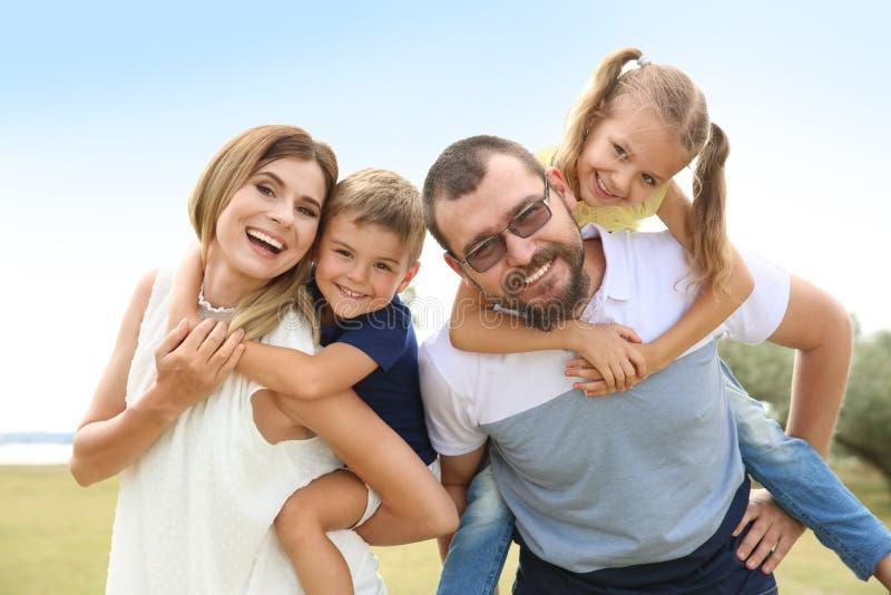 花费时间的愉快的家庭与他们的孩子一起 免版税库存图片