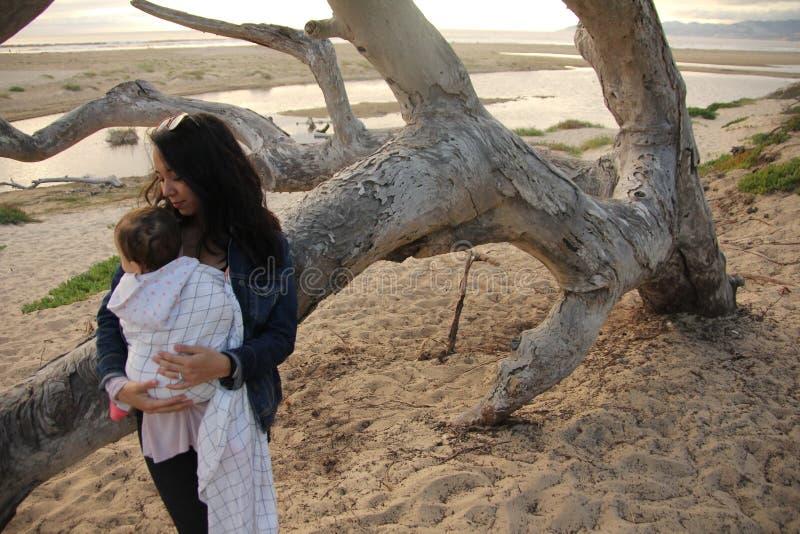 花费时间的母亲和孩子在海滩上 库存图片