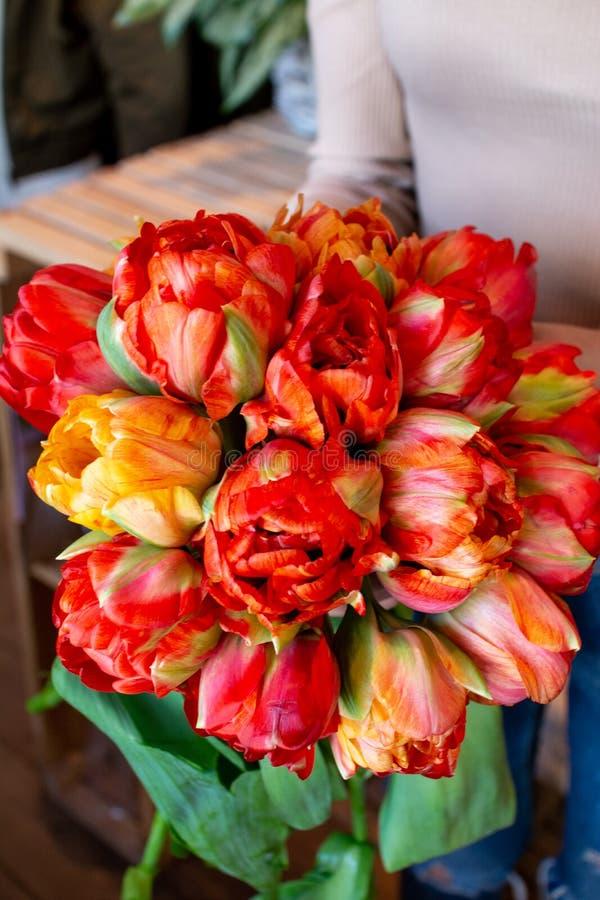 花郁金香在一条腿的在婚姻庆祝的商店的餐馆内部floristry或 库存照片