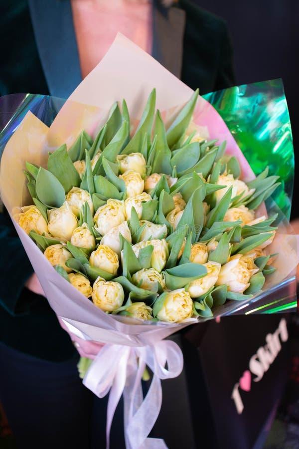 花郁金香在一条腿的在婚姻庆祝的商店的餐馆内部floristry或 库存图片