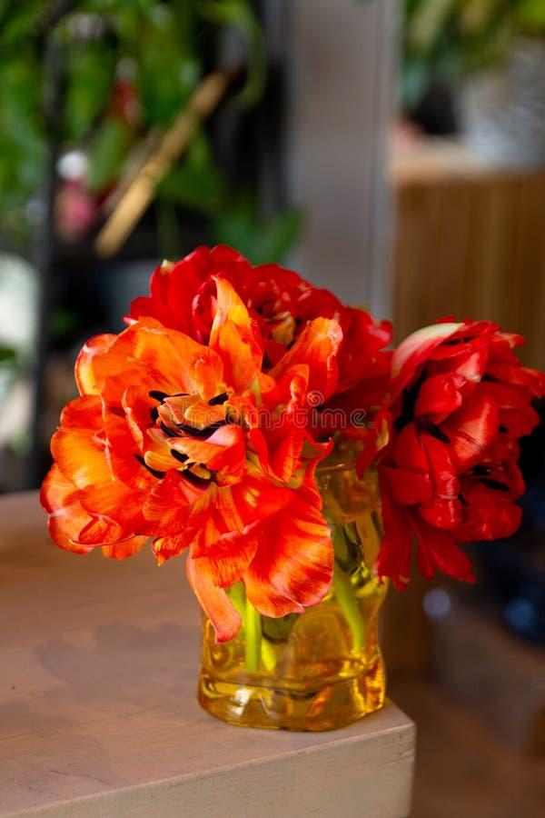 花郁金香在一条腿的在婚姻庆祝的商店的餐馆内部floristry或 免版税库存照片
