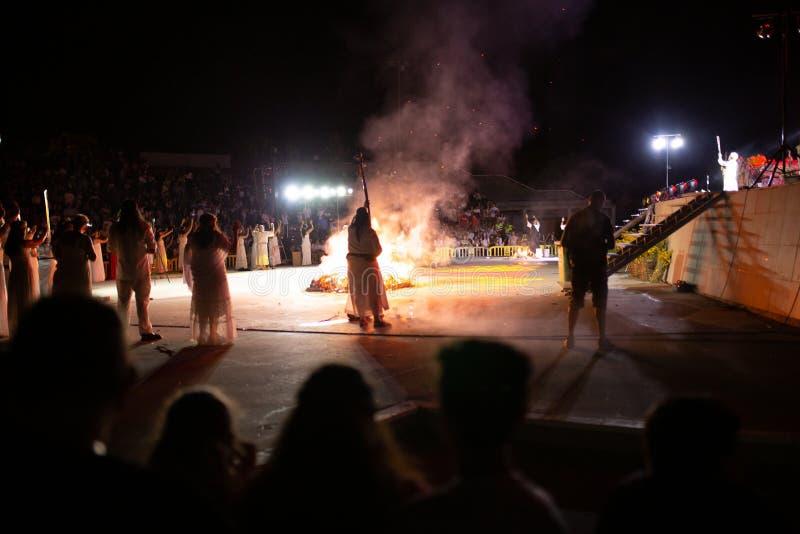 花马,马德里,西班牙- 2019年6月23日:人们在与虹膜巫婆的篝火附近庆祝圣约翰的伊芙在一个村庄在西班牙 ST 免版税图库摄影