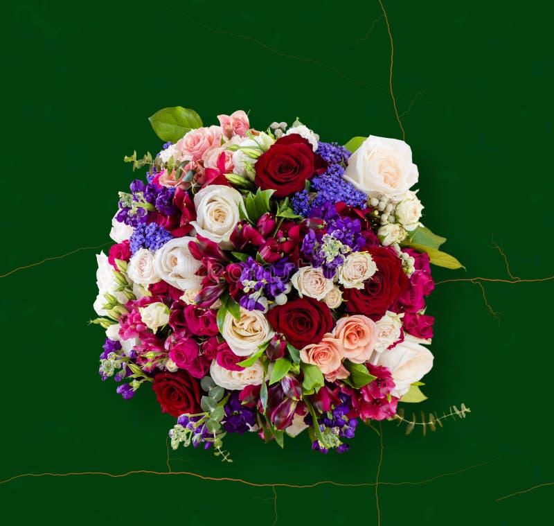 花,多彩多姿的玫瑰美丽的花束的顶视图  免版税库存图片