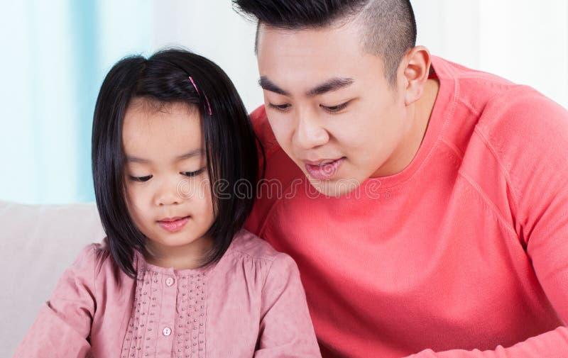 花费与女儿的亚裔爸爸时间 免版税库存图片