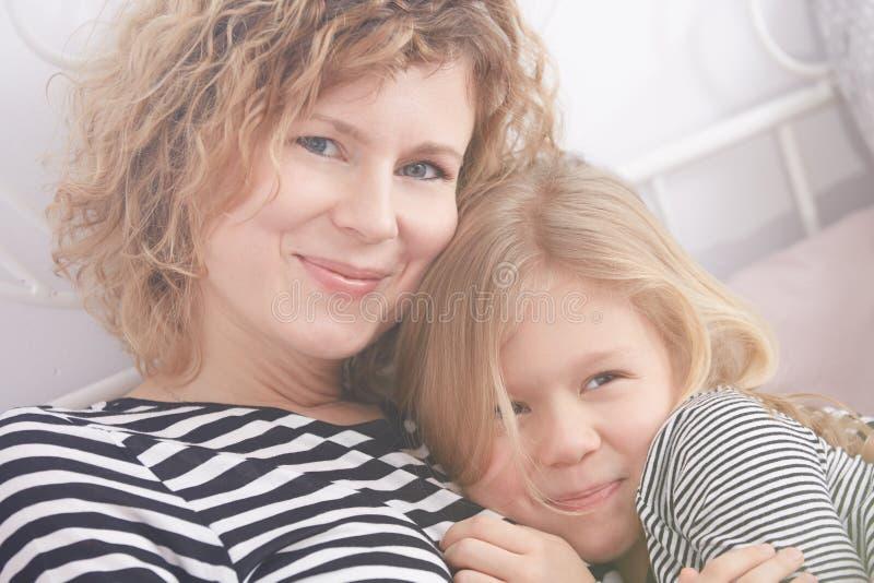 花费与妈妈的女儿时间 免版税图库摄影