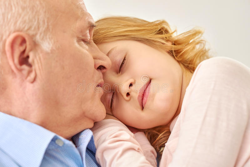 花费与孙女的祖父时间 库存照片