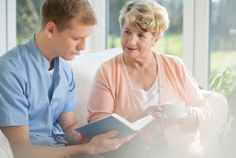 花费与年轻人的老妇人时间 免版税库存照片