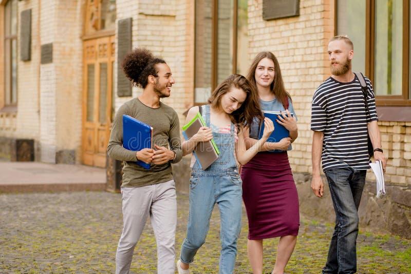 花费业余时间的年轻学生一起走 库存图片