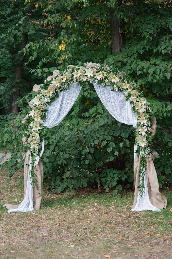 花仪式的美丽的婚礼曲拱  免版税库存图片