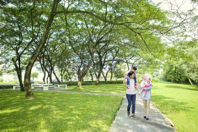 花费时间的回教家庭在公园 免版税库存照片