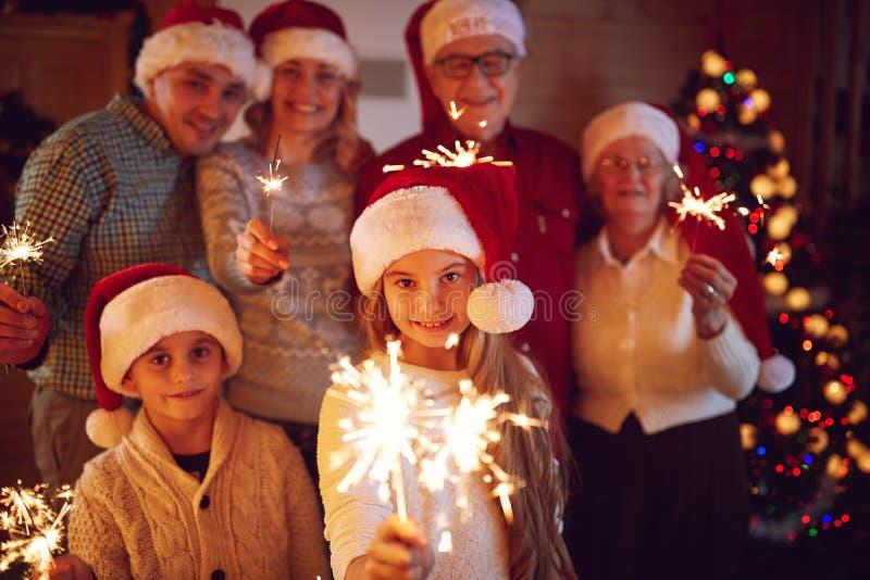花费时间的家庭与庆祝Christm的闪烁发光物一起 免版税库存图片