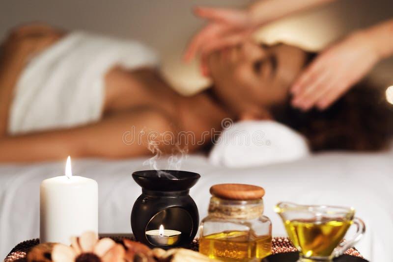 芳香与蜡烛和放松的妇女的温泉构成 库存图片