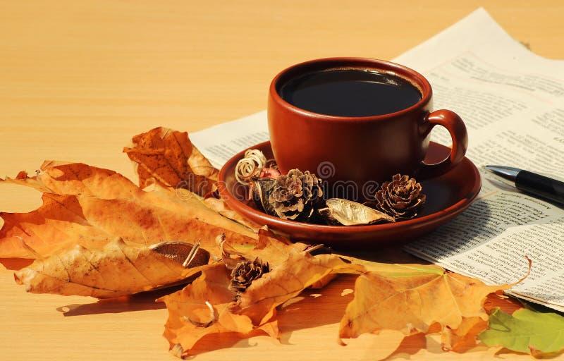 芳香咖啡在桌上的在秋天 免版税库存照片