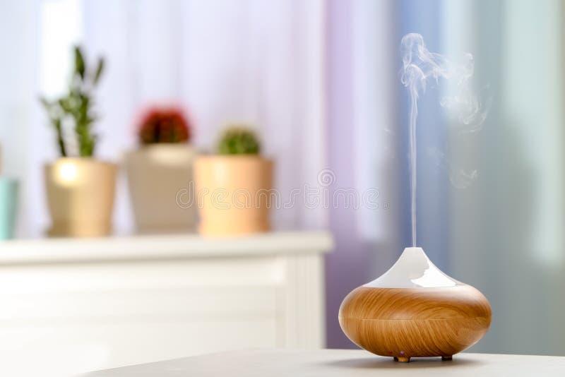 芳香在桌上的油分散器在屋子里 库存图片